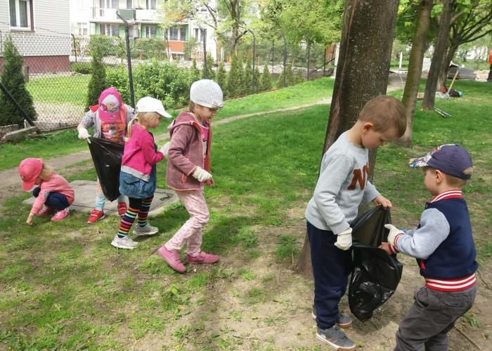Przedskole Pszczółka w Lublinie, dzieci sprzątają świat