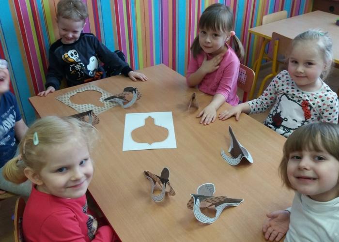 Przedszkole Pszczółka w Lublinie, dzieci robią ptaszki z papieru