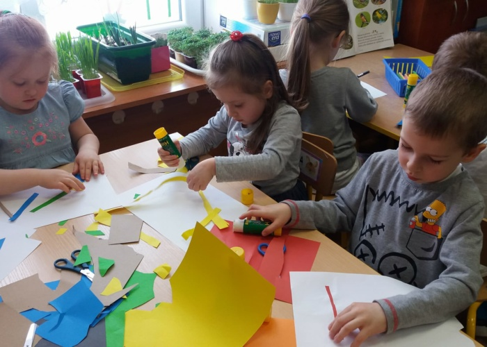 Przedszkole Pszczółka w Lublinie, dzieci wycinają i wyklejają