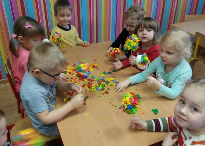 Przedszkole Pszczółka w Lublinie, dzieci robią pisanki