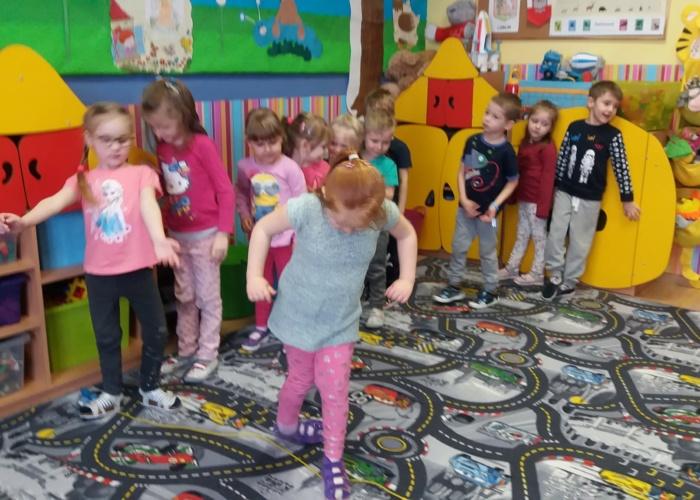 Przedszkole Pszczółka w Lublinie, dzieci ćwiczą równowagę