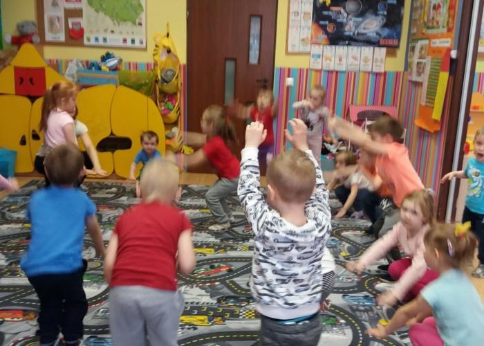 Przedszkole Pszczółka w Lublinie, dzieci wykonują ćwiczenia gimnastyczne