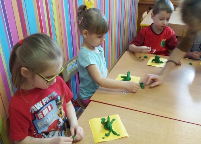 Przedszkole Pszczółka w Lublinie, dzieci robią żabki z plasteliny