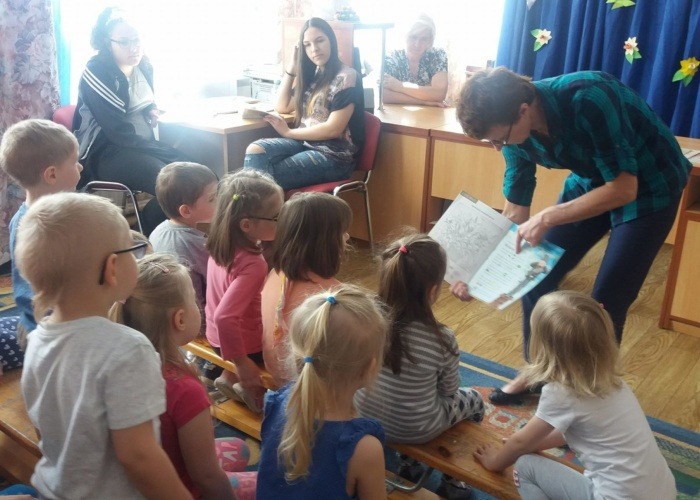 Przedszkole Pszczółka w Lublinie, dzieci w bibliotece